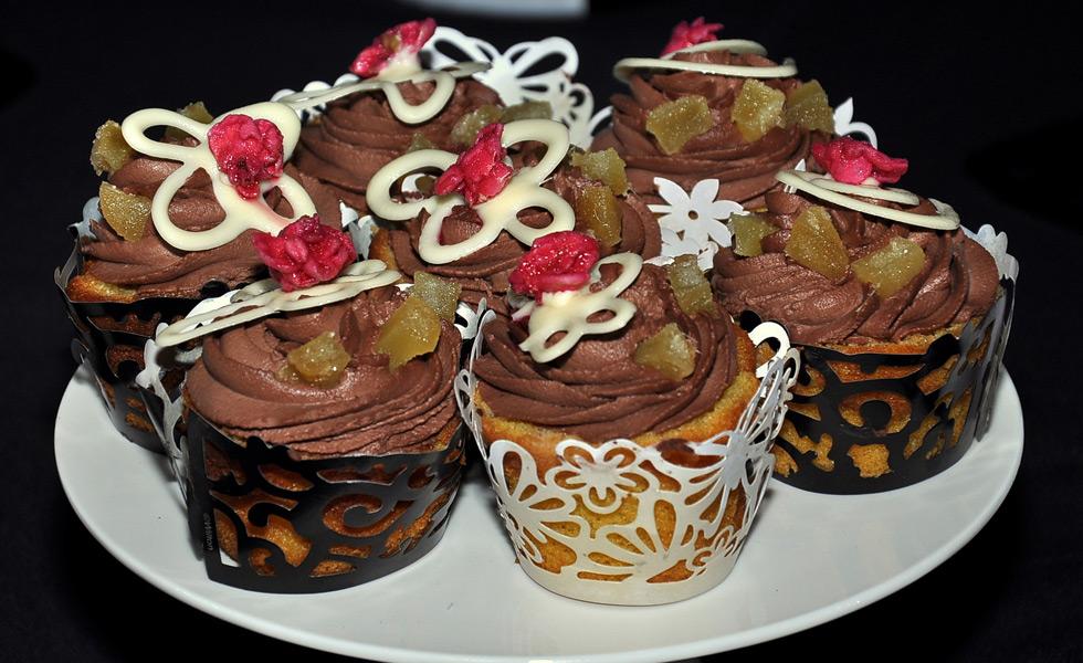 Buffet Di Dolci E Frutta : Torte e dolci su un vassoio con frutta tagliare a fette per un